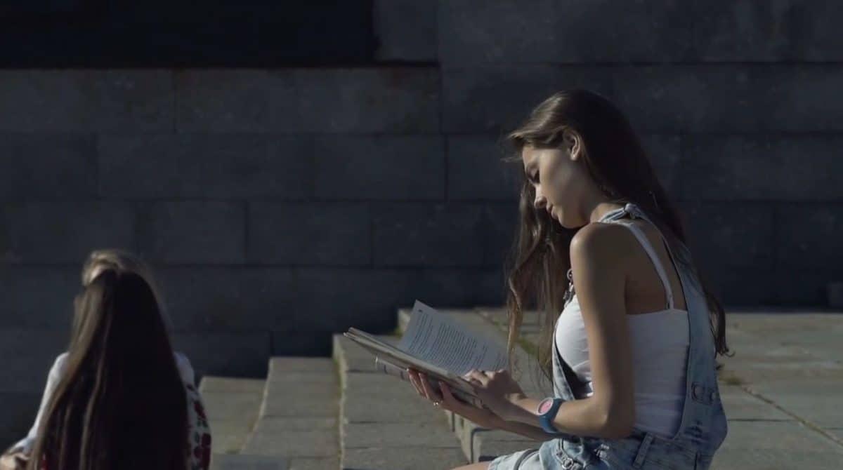 djevojka sjedi na betonu