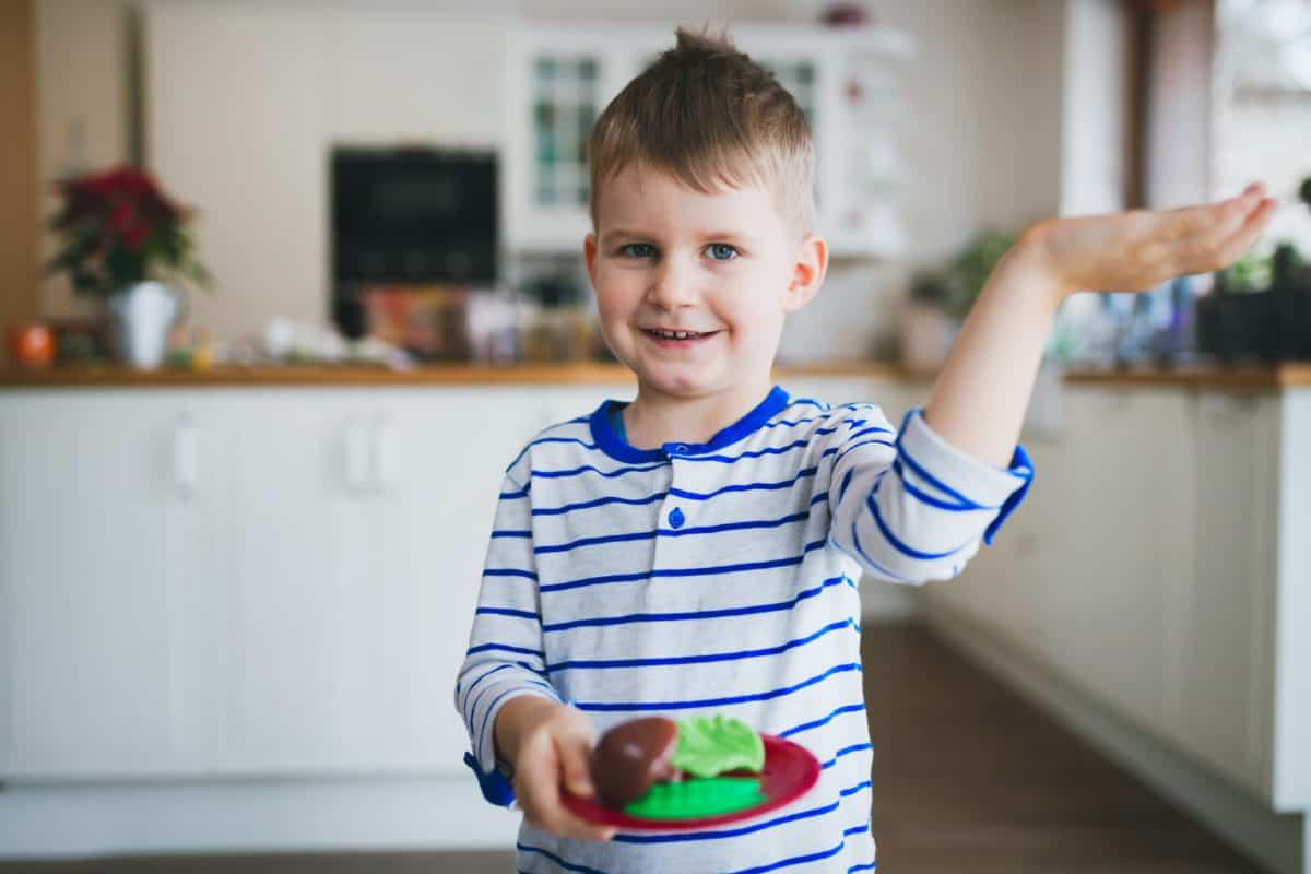 dječak u kuhinji dijete
