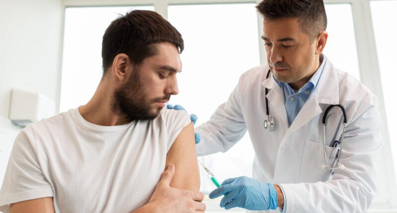 liječnik injekcija cijepljenje